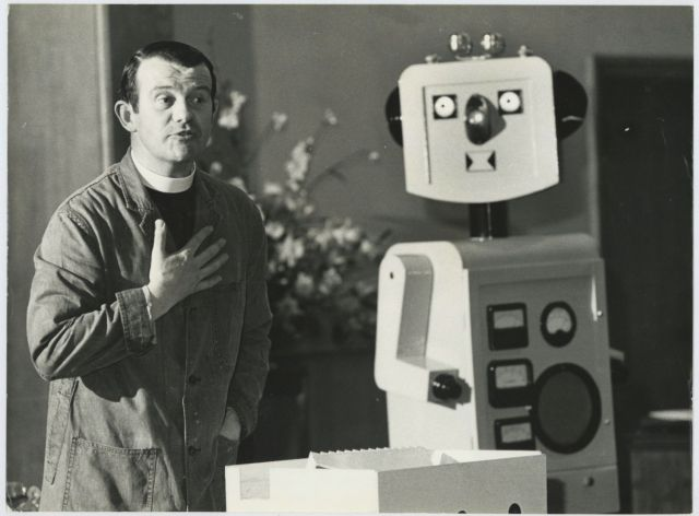 robbie robot mackenzie press 6 x640 1973   Robbie the Pulpit Robot   Rev. Ron Mackenzie (British)
