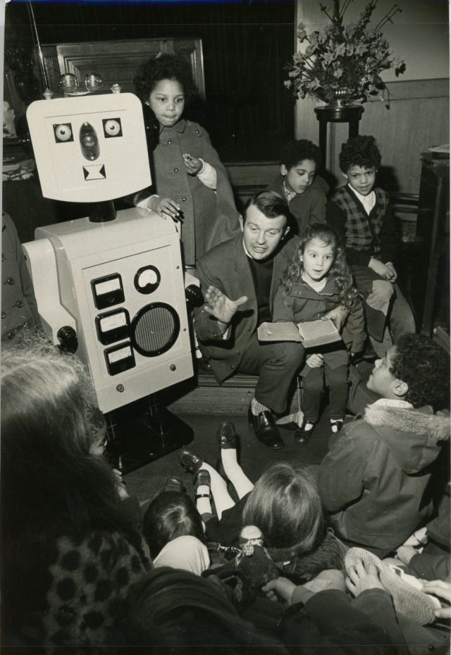 robbie robot school press 1 x640 1973   Robbie the Pulpit Robot   Rev. Ron Mackenzie (British)