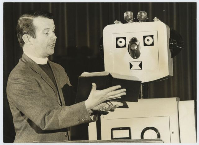 ron mackenzie robbie robot press 1 x640 1973   Robbie the Pulpit Robot   Rev. Ron Mackenzie (British)