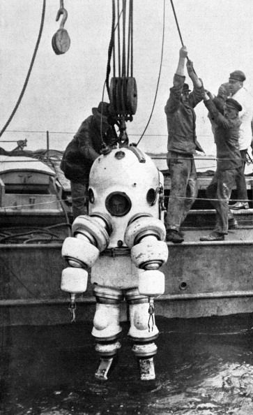 Testing of a P-7 Neufeldt and Kuhnk metal diving suit, in France