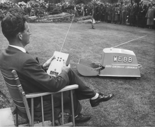 heucheraholics webb RHS Chelsea 1959 x640 1959   Webb Radio controlled Electric Lawnmower   Vic Rigby (British)