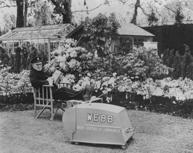 heucheraholics webb alfred elleray RHS Chelsea 1959 x640 1959   Webb Radio controlled Electric Lawnmower   Vic Rigby (British)